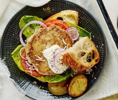 Låt denna smakfulla fiskburgare med smak av dijonsenap och chili göra succé vid middagsbordet. Servera med rostad potatis och dressing som bryter av med smak av rivig pepparrot och ett gott bröd.