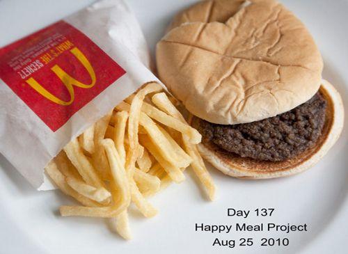 Happy Meal Project: fotografare per 137 giorni consecutivi (circa 4 mesi e mezzo) un #hamburger prodotto da McDonald e scoprire come invecchia.  Per testare la tenuta di un Happy meal, ovvero un pasto per bambini composto da un hamburger e una porzione di patatine piccole, la fotografa newyorkese Sally Davies ha dato vita all'Happy Meal Project.  #Food su @marraiafura