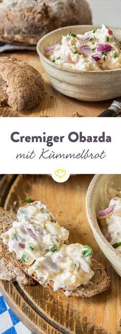 Wenn du mal wieder Lust auf was Uriges hast: Feine Zwiebel- und Apfelwürfel geben dem Obazda eine süße Note, die perfekt zum ofenfrischen Kümmelbrot passt.