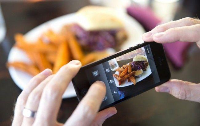 #интересное  Google научит смартфоны считать калории по фото еды    Google разрабатывает программное обеспечение для подсчета калорий на фотографиях с изображением еды. Научный сотрудник компании Кевин Мерфи (Kevin Murphy) представил проект Im2Calories на недавнем мероприятии