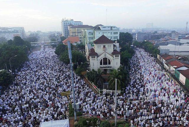 Viral Hingga ke Gaza Lautan Umat Muslim Indonesia Shalat Idul Fitri Buat Bangga Umat Islam Dunia http://news.beritaislamterbaru.org/2017/06/viral-hingga-ke-gaza-lautan-umat-muslim.html