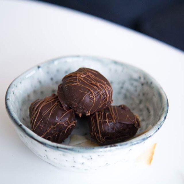Receptet på dessa goda kokospraliner finns nu på bloggen  www.tanttuva.se, perfekta till en kopp kaffe och utan raffinerat socker! Välkommen 2016! #vscocam