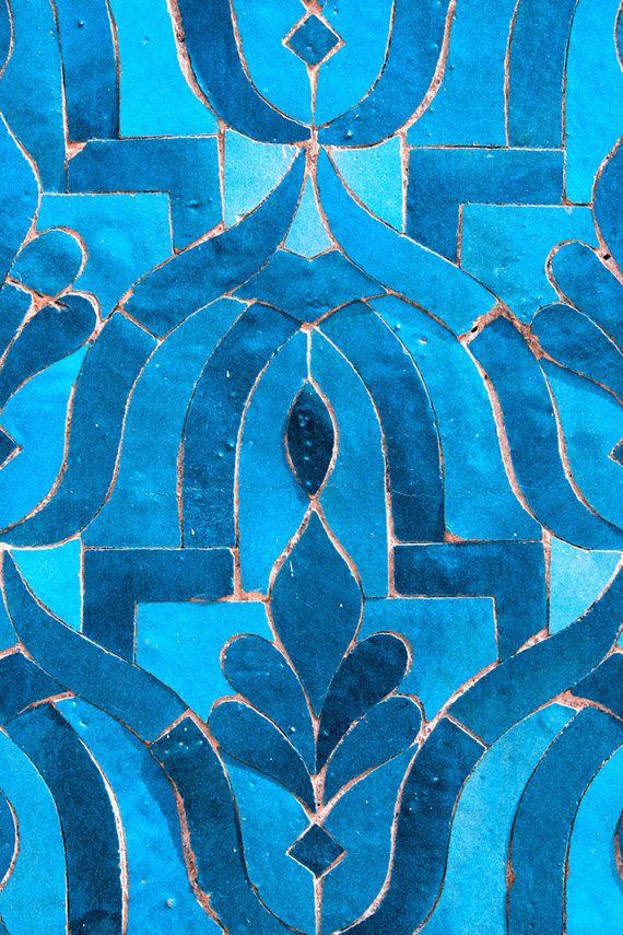 Dies ist ein tolles Bild zu besitzen. Bildqualität, die Stil und Farbe zu Ihrem Space bringt limitierte Ausgabe Marokkanische blaue Kachel-Originalfoto von Lika Ramati  Titel ~ marokkanische blaue Kachel ~ 40 Größen von 24 Zoll 60 von 90 cm   DETAILS DRUCKEN Fine Art Galerie Qualität Foto gedruckt auf professionellen Glanz Fotografie Papier mit einer seidenmatten Oberfläche, reiche Farben und Archivierung Langlebigkeit. Signiert auf der Rückseite, sorgfältig verpackt in einem Karton…
