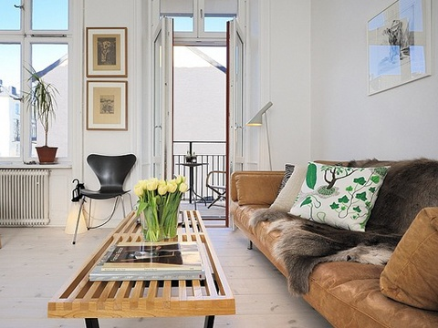 A Nelson platform bench in harmony with the Scandinavian style of this living room. Photo: Apartment Therapy