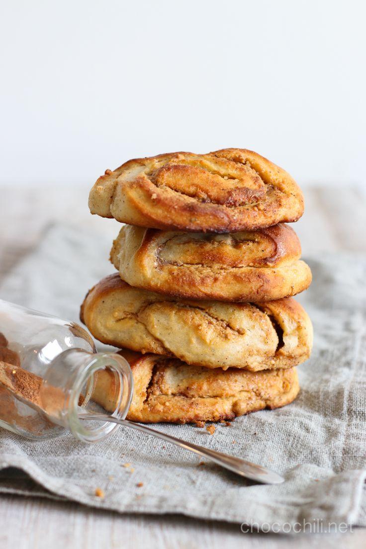 Maapähkinävoilla täytetyt korvapuustit. Toimii! Useimmat keittiökatastrofini ovat liittyneet pullanleipomiseen. Olen muutenkin enemmän ruoanlaittaja kuin leipuri, mutta pullaa leipoessa olen epäonnistunut taatusti useammin kuin minkään muun leivonnaisen kanssa. Jos ei muuta, niin pullista tulee yleensä vähintään ihan kamalan näköisiä, kuten tänäänkin . Onneksi pelliltä sai pelastettua parhaimman näköiset yksilöt kuvia varten, ja pienet puutteet ulkonäössä paikataan tietysti...