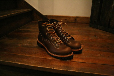 From the Red Wing archives, this season we see the re-release of the Lineman boot. Made in the USA. Brown leather boots with black Vibram sole, round toe, narrow profile. Originally designed by the Redwing Shoe Co. in 1910 for linemen, the workers responsible for stringing and repairing electric and telephone lines. (via Anchor Division» Vintage Inspired Menswear and Fashion» Red Wing Lineman Boots)