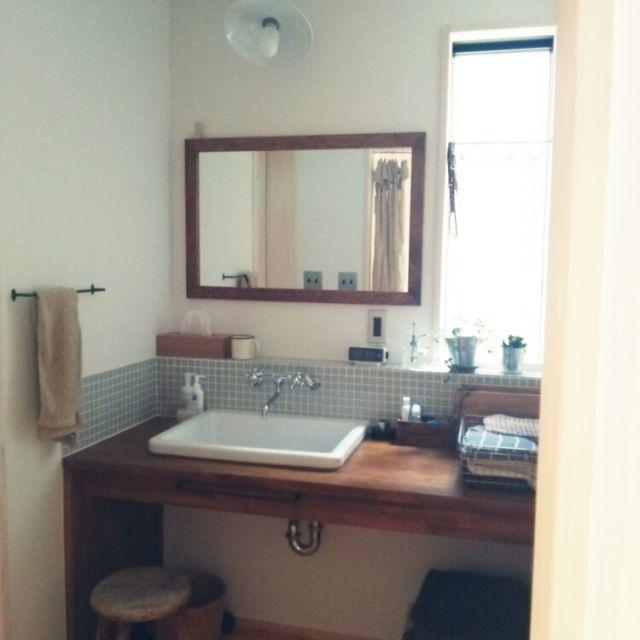 女性で、2LDK、家族住まいの洗面所/バス/トイレについてのインテリア実例を紹介。「TOTOの実験用シンクと、カクダイの水洗金具です。広めの木製カウンターで子供と並んでも使いやすいです。グレーのタイル、アイアンのタオルバー等シンプルなものを選びました。」(この写真は 2015-06-21 11:30:31 に共有されました)