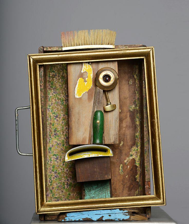 pena_2012 ensamblaje maleta de madera, toma de aire de lambretta, cepillo de ropa, pieza de bronce, manilla de herramienta, madera de señalización de transito, papel mural.