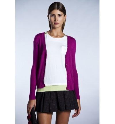 Falda de topitos y cardigan violeta, todo un acierto!