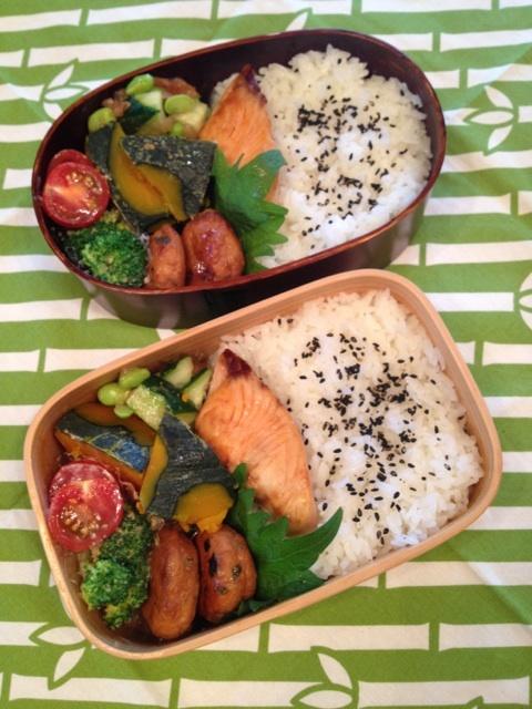 Twitter from @sakuranoki3 今日のお弁当:焼鮭、甘辛鶏つくね、南瓜煮、枝豆ときゅうりの梅和え、蒸しブロッコリー胡麻ドレ和え #obento #obentoart