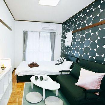 ワンルームのお部屋一面を北欧風の壁紙に!部屋を狭く感じさせがちな濃い色は片側だけに取り入れて、反対側は白い家具と白い壁のままにしておくと、逆にお部屋に幅があるような視覚効果が得られるのが驚きです。家具、ベッドリネン、カーテンなどは無地でシンプルにまとめているのもポイント。