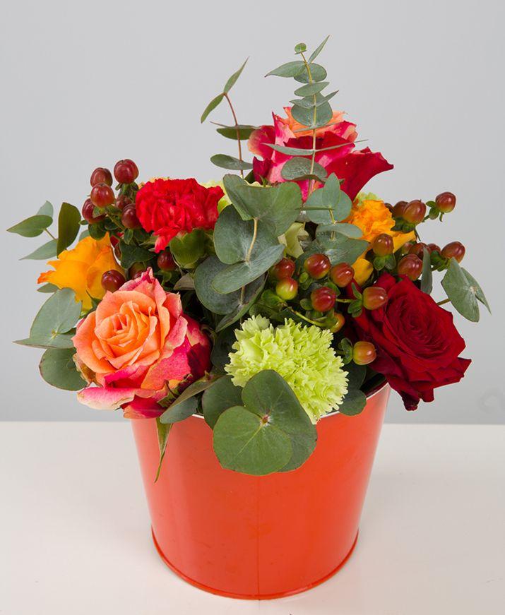 Composition teintes chaudes.http://bit.ly/2geRB8xComposition : 3 grosses roses oranges, 3 petites #roses oranges, 1 roses rouge, 1#hortensia vert, 2 oeillets vert, 3 hypéricum rouge, eucalyptus.