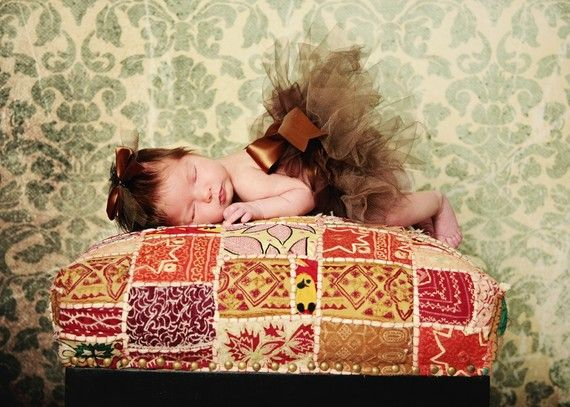 Tutú recién marrón chocolate con lazo de cinta de raso. Pinza de pelo incluido. Pequeño y perfecto para niñas. Retrato de foto de bebé de otoño
