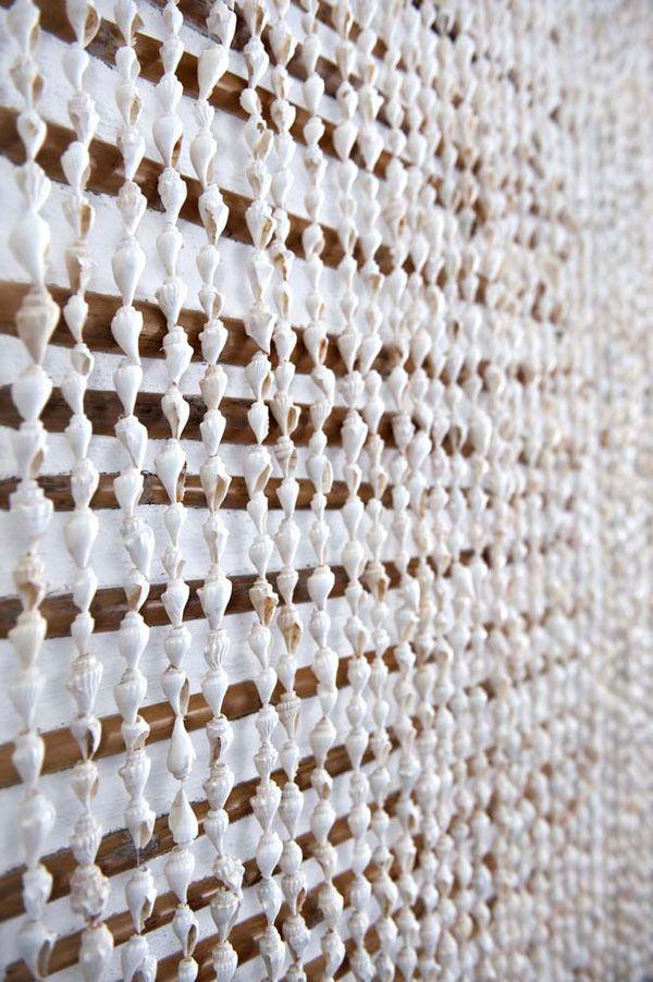 Casa de praia em Portugal - rústico-chic - detalhe cortina de mini conchas ( Projeto: Vera Iachia )