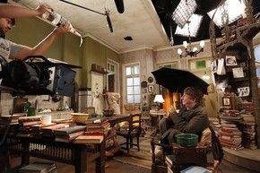 A equipe de efeitos especiais tem solução para tudo! A ideia, nesta cena, era mostrar uma goteira na casa do professor Pancrácio. A solução foi colocar um conta-gotas em uma garrafa pet (Foto: Raphael Dias / Gshow)
