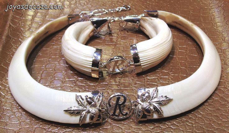 Juego de collar y pulsera colmillos de jabali con iniciales y hojas de bellotas en plata de ley, de la firma joyasdecaza.com
