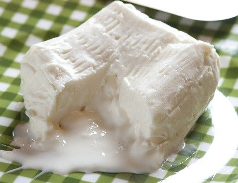 Adoro questo formaggio (….mi sa che lo dico per ogni ricetta!!) e non solo per il suo gusto pieno e il suo cuore morbido ma anche per la semplicità di realizzazione; è una tra le ricette più sempli…