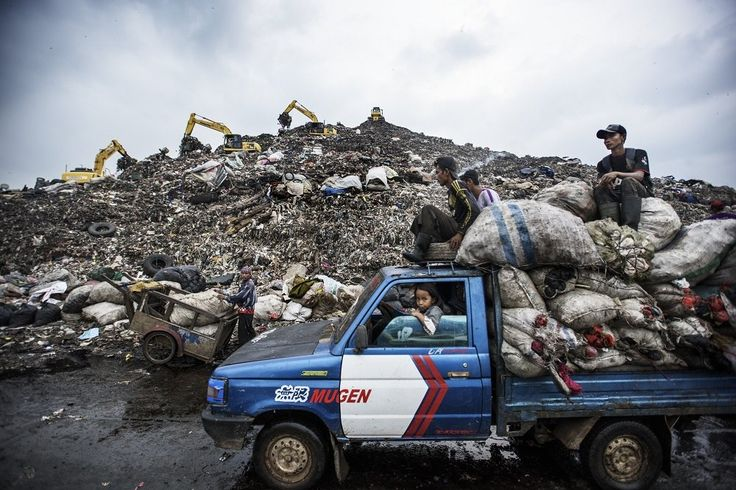 Το Μπαντέρ Γκεμπανκ είναι η μεγαλύτερη χωματερή στον κόσμο, αλλά έχει γεμίσει και η Τζακάρτα προσπαθεί να βρεί μία νέα τοποθεσία. Χιλιάδες ρακοσυλλέκτες που ζούν κοντά στο χωριό συλλέγουν οτιδήποτε είναι ανακυκλώσιμο όταν φτάνουν τα απορριματοφόρα. ©️Kadir Van Lohuizen