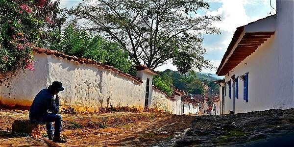 Camine y conozca los pueblos más lindos de Colombia  Con su belleza natural, arquitectónica y cultural, invitan a descubrir el patrimonio del país. Con sus calles empedradas y sus casas blancas, Barichara es considerado el pueblo más lindo de Colombia y hace parte de la red de pueblos patrimonio de Colombia.
