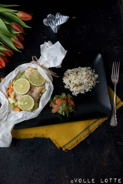Ostern: Lachspäckchen auf Gemüsebeet mit Wildreis und Tomaten-Koriander Salsa