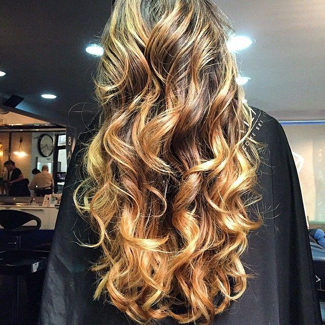"""Io vi amo. Punto ❤ Bronde miele esotico + Extension KF by BALATO 👸 """"Shampoo antisalsedine Ischia"""" e trattamento con """"Oro fuso"""", e """"Tris abc Paradise"""" ☀ @balatomariano Tutti i prodotti su www.balato.it/shop/ 😍 #roar #rinata #adoro #Balato #hairstyle 🐯✌️"""