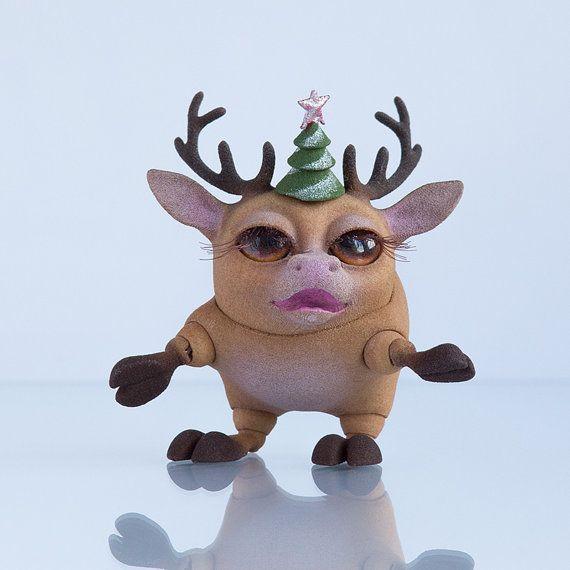 Шарнирный головопят Северный Олень Девочка 3,5 см с  шапкой-елкой на магните. Кукла имеет пышные ресницы и коричневые глаза.