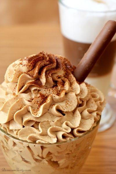 Delikatny, pyszny, kawowy krem, na bazie śmietany kremówki i serka mascarpone. Bez dodatku żelatyny. Idealny jako deser lub dodatek do mrożonej kawy. Równie pysznie się sprawdza w roli przełożenia tortu. Smacznego!!! SKŁADNIKI NA KREM KAWOWY: ( na 4 pucharki lub do przełożenia 1 tortu) 250 ml. śmietany kremówki 250 g. serka mascarpone pół szklanki cukru …
