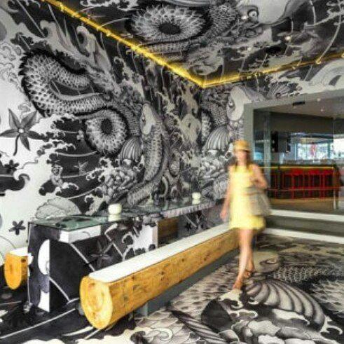 No sul da França um restaurante japonês faz sucesso e chama a atenção pela pintura tipo tatuagem no melhor estilo yakuza.  @olhardemahel #cool #olhardemahel #painting #tattoo #designdeinteriores #arquiteturadeinteriores #arquiteto #vincentcoste #pinturadecorativa #decoração #decor #criatividade #pacontecimentos #instagram #facebook #wallpainting #parede #instadecor
