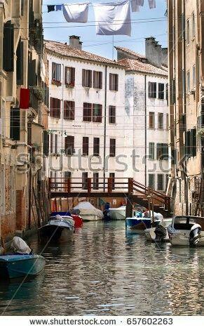 Canale nel sestiere di Cannaregio a Venezia. Panni stesi tra i palazzi