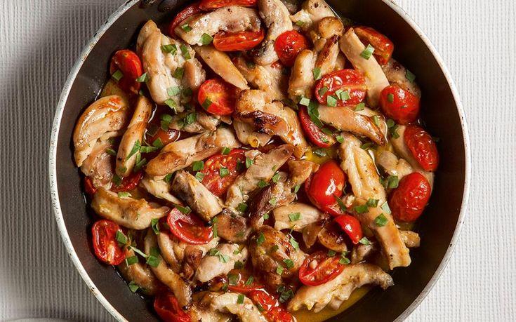 Γρήγορα φιλετάκια κοτόπουλου με μέλι, σκόρδο, ντοματίνια και βασιλικό