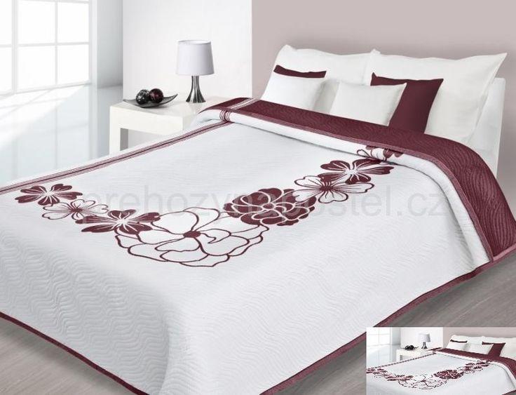 Bílý oboustranný přehoz na postel s červenými květy