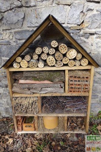 Comment faire un hôtel à insectes avec les enfants ? Quels matériaux utiliser pour la structure ? Comment le remplir pour attirer les petites bêtes ?