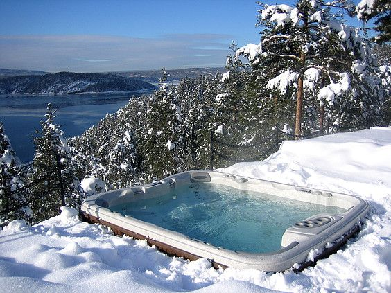 Upea Sundance® Spas -ulkoporeallas tarjoaa ainutlaatuista vesiterapiaa. Ulkoporeallas kruunaa pihan ja on aina kylpyvalmis!  #ulkoporeallas #SundanceSpas