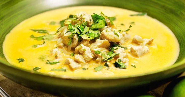 KYCKLINGSOPPA MED RISONI -   Små bitar pasta får koka med i soppan, som blir både god och matig.