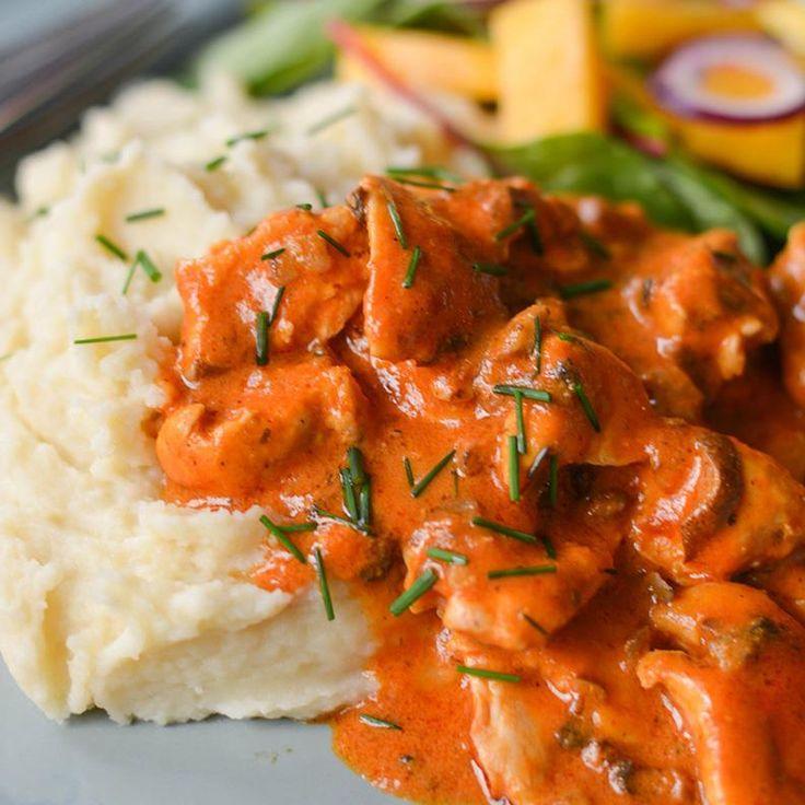 Lindas kremet kyllinggryte med red curry er en smaksbombe som er klar på 15 minutter. Server kyllinggryten med potetmos!