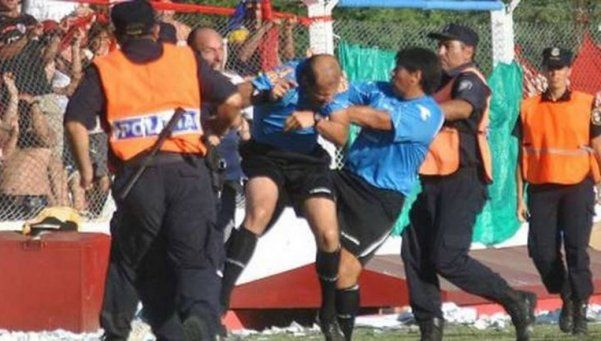 Brutal agresión al árbitro Mariano González. El referí de Primera División y Primera B Nacional de la AFA fue golpeado por el director técnico de Florencio Varela, mientras dirigía la final de la Liga de Chivilcoy. El encuentro se suspendió. http://www.diariopopular.com.ar/c178835