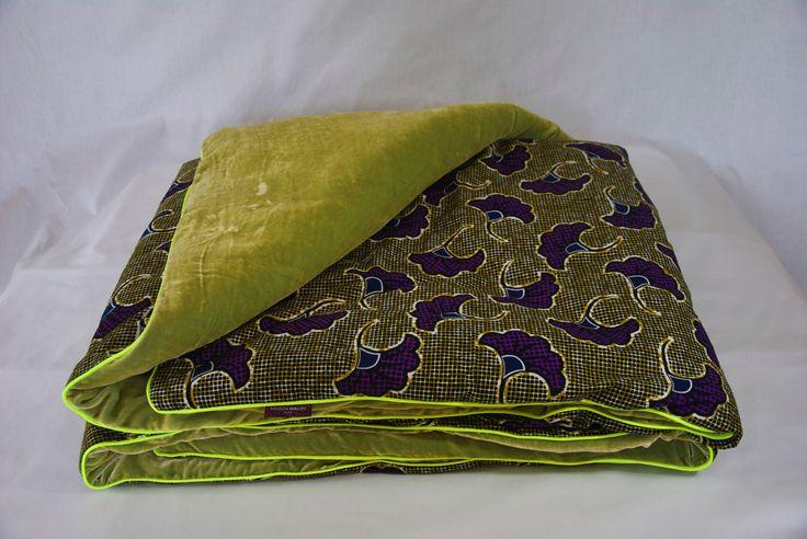 """-  Luxury Batiks - Courtepointe en tissu africain wax """"Fleur de mariage"""" et velours de soie vert pistache et passepoil fluo jaune. 115 x 240 cm"""