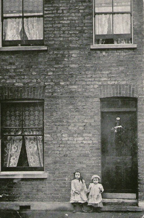 children, 40 Cable Street, Isle of Dogs, E14 / 1910     photographer unknown