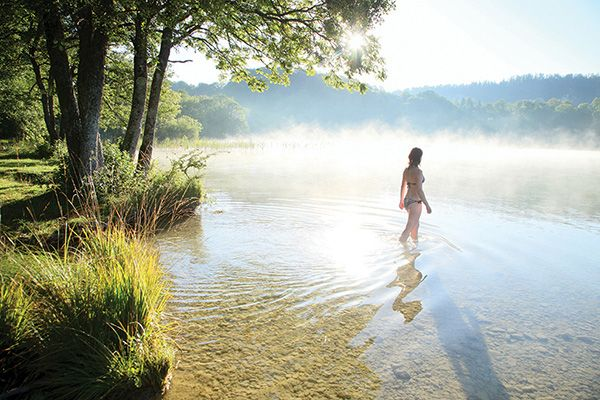 Joli lac sauvage du Jura pour se baigner en toute quiétude   Jura, France   #Jura #JuraTourisme