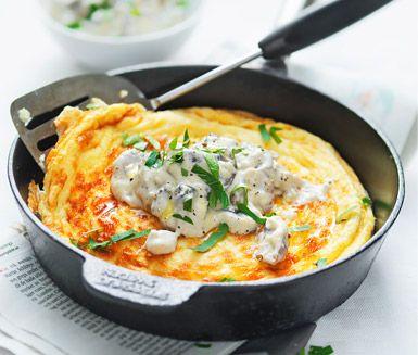 Använd dina nyplockade kantareller till att tillaga den här mumsiga ugnsomeletten. Gör en krämig stuvning på svamp, grädde och smör och servera svampstuvningen på din omelett. Passar både till lunch och middag, lysande gott.
