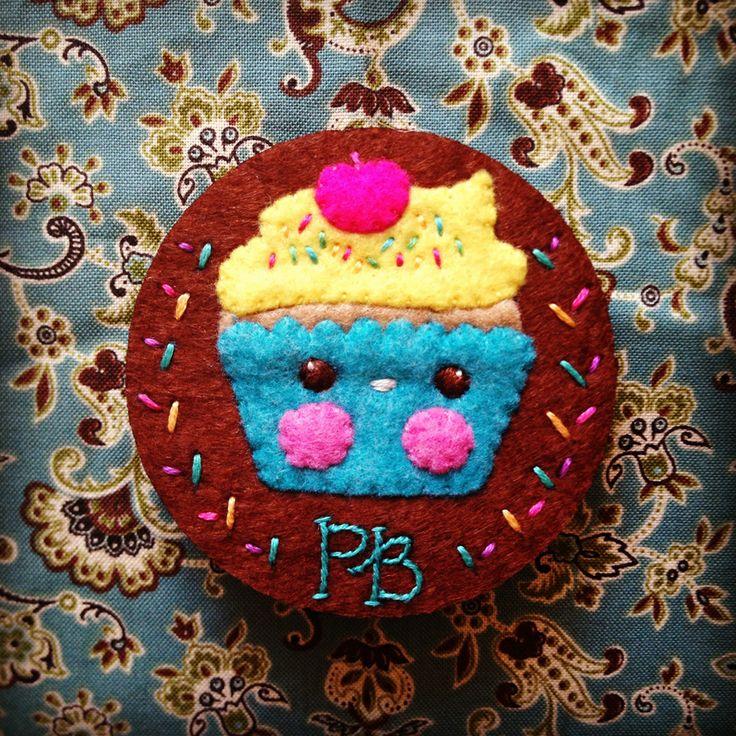 Broche. Cupcake de fieltro con bordado. Proyecto personalizado, Florula.