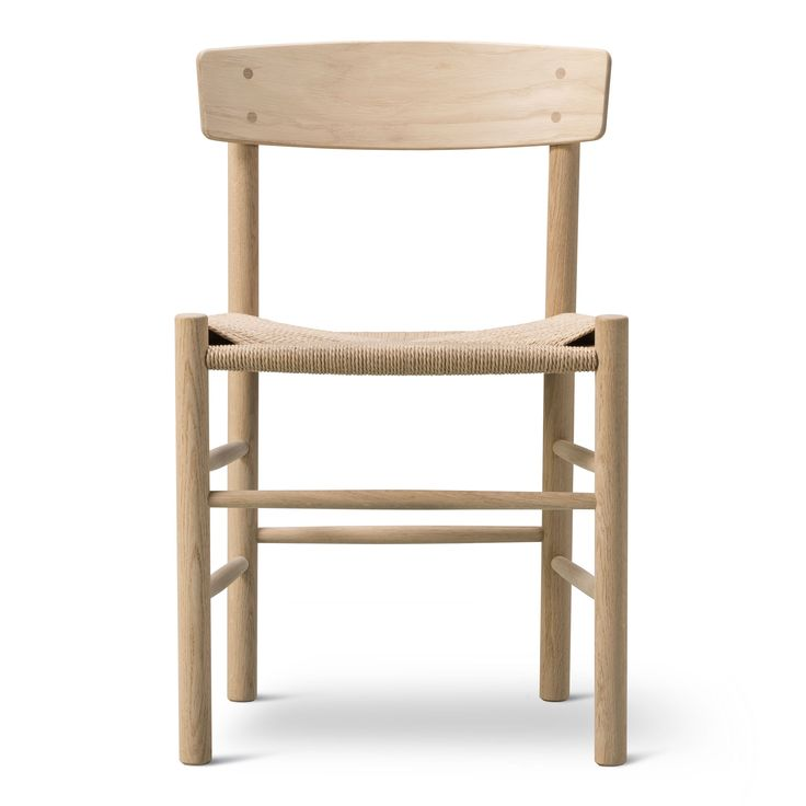 """Erbjudande på stol J39 från Fredericia Furniture såpad, vitoljad eller svartbetsad ek med naturfärgat snöre i sitsen.J39 från Fredericia, Børge Mogensens berömda trästol med sits av flätat pappersgarn designades redan 1947. Stolens enkla formspråk tillsammans med dess mångsidighet gjorde att den snabbt fick smeknamnet """"The People´s Chair."""
