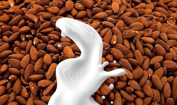 Latte vegetale con estrattore: come preparare latte vegetale in casa usando l'estrattore di succo. Dosi per fare il latte di mandorle, di avena e di mais.