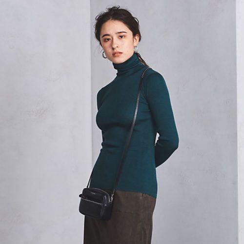 楽ちんデニムで作るホリデーカジュアルは、色を使ってトレンド感を意識。ブルーによく映えるディープグリーンのニットで、今年らしさを後押しして。はおりに選ぶなら、デニムと同系色のロングカーデを。洋服の色が落ち着いている分、ストールやバッグはホワイトやベーシュなど、軽やかな色で女っぽさを・・・