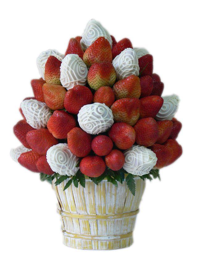 Berry Cloudy    Una deliciosa combinación de Fresas Premium y Fresas cubiertas con exquisito chocolate  blanco. Decoradas una base de mimbre decorativa.    Aprox. 70 piezas comestibles.    Tamaño: Grande
