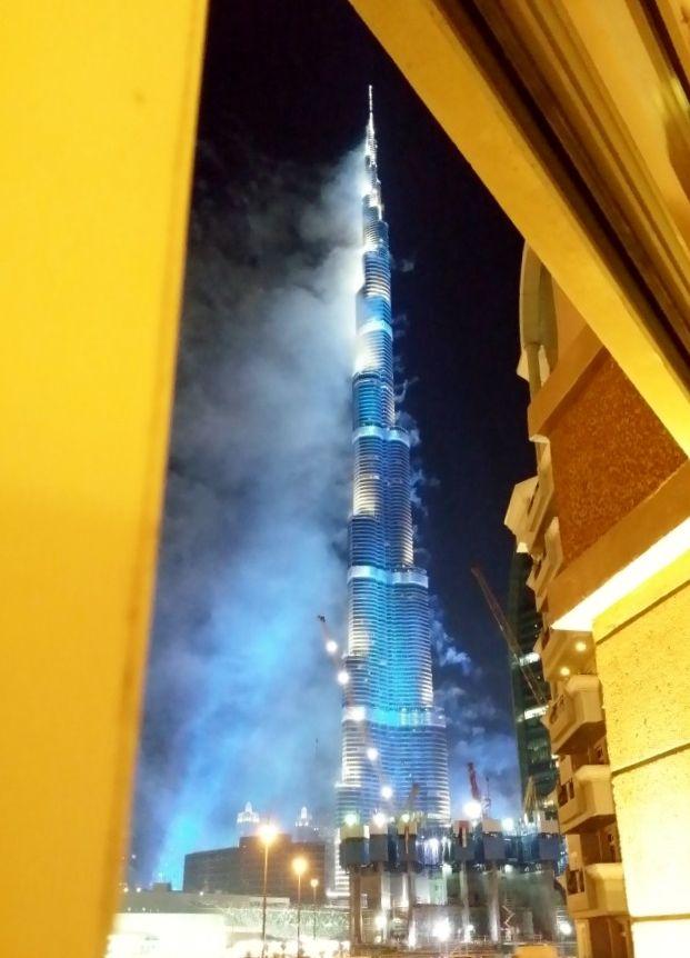 Espectáculo pirotécnico nocturno Burj Khalifa Tower (Dubai), edificio más alto del mundo.