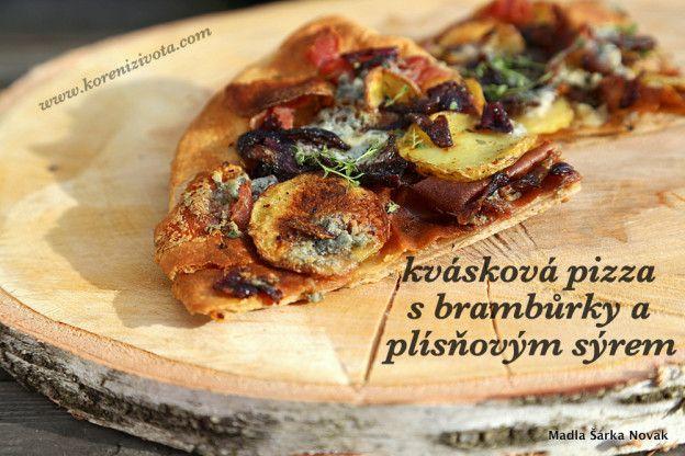 Kvásková pizza s brambůrky a plísňovým sýrem