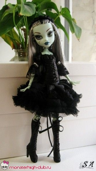 Monster High gothic lolita inspired dress tutorial. Free tutorial and pattern for making this adorable Monster High gothic lolita outfit (featured using Frankie Stein) ©Alinka. She even shows how to make the delicate shoes!
