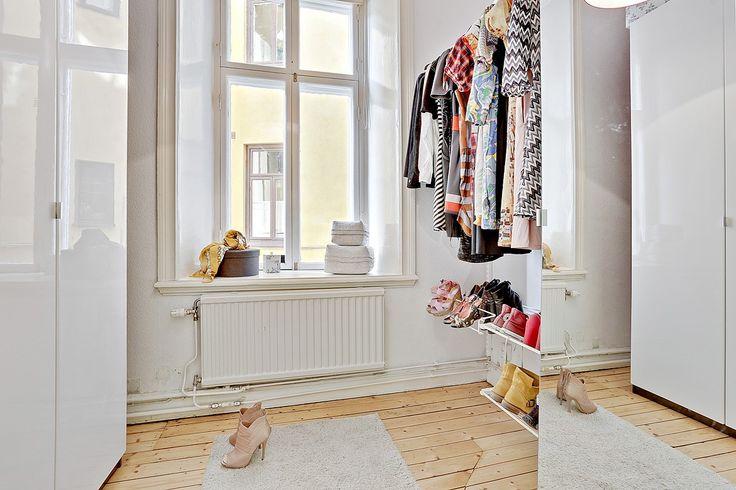 Underbar klädkammare som kan nyttjas som sovrum, arbetsrum eller varför inte ateljé? Bjurfors.se