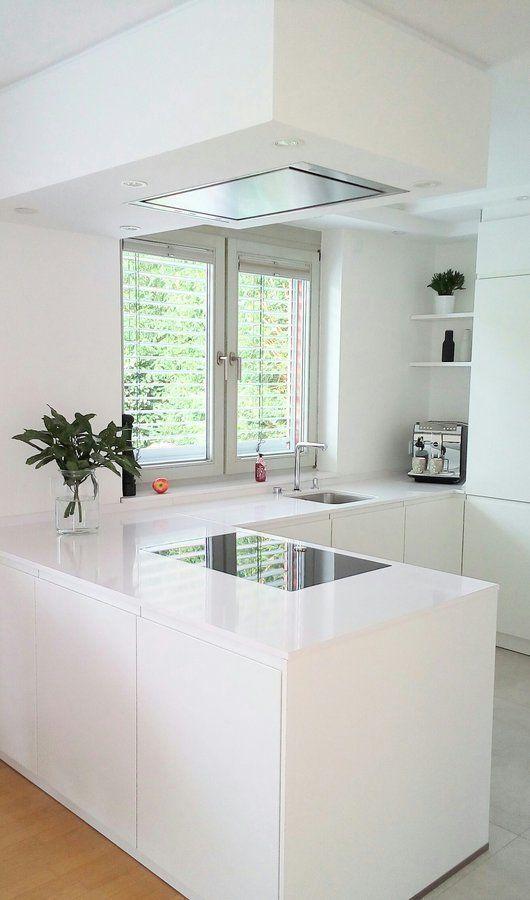 Eine tolle Küche. Schlicht in weiß und ganz minimalistische. We love! – Jill Conter